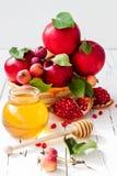 苹果计算机和蜂蜜,犹太新年- Rosh Hashana传统食物  复制空间背景 图库摄影