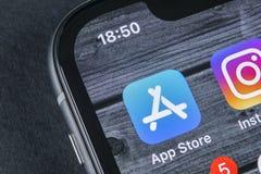 苹果计算机商店在苹果计算机iPhone x智能手机屏幕特写镜头的应用象 app商店流动应用象  3d网络照片回报了社交 A 免版税库存图片