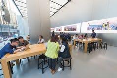 苹果计算机商店天才酒吧的,香港人们 库存图片