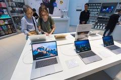 苹果计算机商店的人们在广场低Yat,吉隆坡 图库摄影