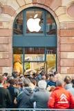 苹果计算机商店-人等待的产品创办 库存图片