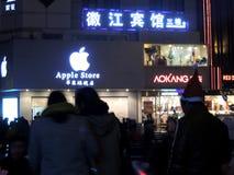 苹果计算机圣诞老人帽子的商店在中国和人在圣诞节销售期间 免版税库存图片