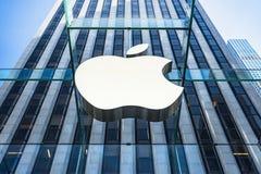 苹果计算机在入口的商店商标对第五大道的纽约苹果计算机商店 免版税图库摄影