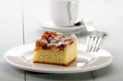 苹果计算机在板材的桂香蛋糕 免版税库存图片