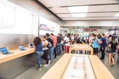 苹果计算机在苹果计算机商店的手表系列3 免版税库存图片