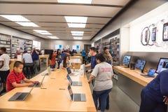 苹果计算机在苹果计算机商店的手表系列3 库存照片