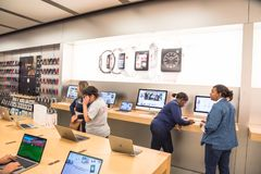 苹果计算机在苹果计算机商店的手表系列3 免版税库存照片