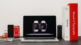 苹果计算机基调以COO杰夫・威廉斯和手表系列3健康a 库存图片