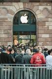 苹果计算机开始iPhone与等待在t前面的顾客的6销售 免版税图库摄影