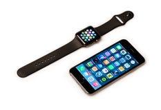 苹果计算机手表和iPhone 免版税库存图片