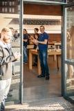 苹果计算机手表起动卖全世界-第一smartwatch从App 免版税库存图片