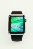 苹果计算机手表起动卖全世界-第一smartwatch从App 库存照片