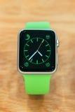 苹果计算机手表起动卖全世界-第一smartwatch从App 库存图片