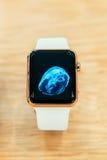 苹果计算机手表起动卖全世界-第一smartwatch从App 免版税库存照片