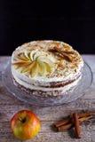 苹果计算机桂香与buttercream结冰的下午茶时间蛋糕 库存照片