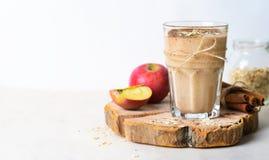 苹果计算机桂香圆滑的人用燕麦和Chia种子,健康素食主义者饮料 库存图片