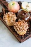 苹果计算机桂香碎屑松饼,在木的盐味的焦糖调味汁 库存照片