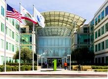 苹果计算机死循环,库比蒂诺,加利福尼亚,美国- 2017年1月30日:在苹果计算机世界总部前面的苹果计算机材料 免版税库存图片