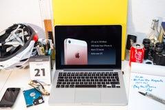 苹果计算机的'让我们使您成环' iPhone SE和9的 7 免版税库存图片