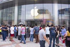 苹果计算机的手机的人们 库存图片
