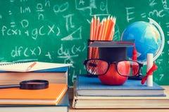 苹果计算机知识标志和铅笔书在书桌上有板的b 库存图片