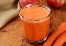 苹果计算机红萝卜汁 库存图片