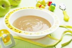 苹果计算机纯汁浓汤,婴儿食品 库存图片