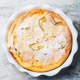 苹果计算机荷兰薄煎饼,在烘烤盘的蛋糕 背景灰色石头 顶视图 免版税库存图片