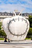 苹果计算机雕塑在米兰 免版税库存照片