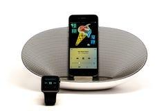 苹果计算机音乐-在是的扩音器的iPhone 库存图片
