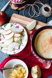 苹果计算机馅饼用梨果酱和焦糖 免版税库存照片