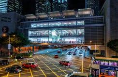 苹果计算机IFC购物中心夜外视图在香港 肺Wo Rd和人Yiu St横穿 免版税库存照片