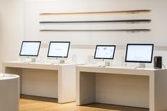 苹果计算机iMac计算机待售在苹果计算机商店 库存照片