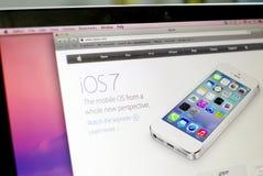 苹果计算机iOS7新闻 免版税库存照片