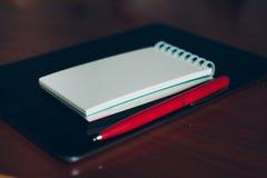 苹果计算机iPad、笔和笔记本 库存照片