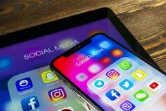 苹果计算机iPad和iPhone x与社会媒介facebook, instagram,慌张,在屏幕上的snapchat应用象  社会媒介ico 免版税库存图片