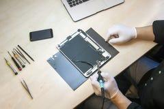 苹果计算机Ipad片剂修理 库存照片