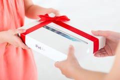 苹果计算机iPad空气当生日礼物 免版税库存照片