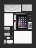 苹果计算机ipad空气2, iphone 5s,键盘、不可思议的老鼠和smartwatc 免版税图库摄影