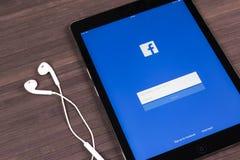 苹果计算机iPad赞成与在显示器屏幕上的Facebook主页 最大的社会网络网站的Facebook一 facebook.com主页 库存图片