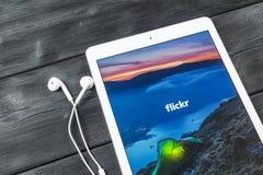 苹果计算机iPad赞成与在显示器屏幕上的Flickr主页 Flickr是录影主持的网络网站 Flickr主页  tabl的com 免版税库存图片