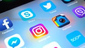 苹果计算机iPad赞成与普遍的社会媒介facebook, instagram,慌张, vimeo,信使象, pinerest在屏幕上 股票视频