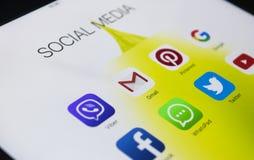苹果计算机iPad赞成与社会媒介象在屏幕上的 片剂计算机生活方式 开始社会媒介app 免版税库存图片