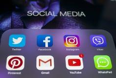 苹果计算机iPad赞成与社会媒介象在屏幕上的 片剂计算机生活方式 开始社会媒介app 图库摄影