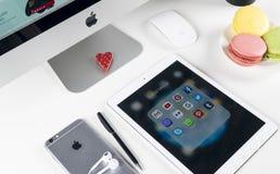 苹果计算机iPad赞成在与社会媒介facebook, instagram,慌张,在屏幕上的snapchat应用象的办公室桌上  片剂 免版税库存照片