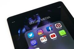 苹果计算机iPad赞成在与社会媒介facebook instagram慌张应用象的白色桌上在屏幕上的 片剂计算机生活st 库存照片