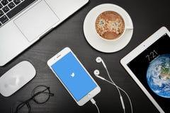 苹果计算机iPhone与慌张app的8个加号在屏幕上 免版税库存图片