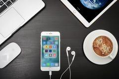 苹果计算机iPhone与旅行apps的8个加号在屏幕上 免版税库存照片