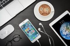 苹果计算机iPhone与旅行apps的8个加号在屏幕上 库存照片