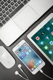 苹果计算机iPhone与社会网络apps的8个加号在屏幕上与 免版税库存照片